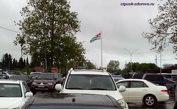 Парковка машин и такси на границе, со стороны Абхазии