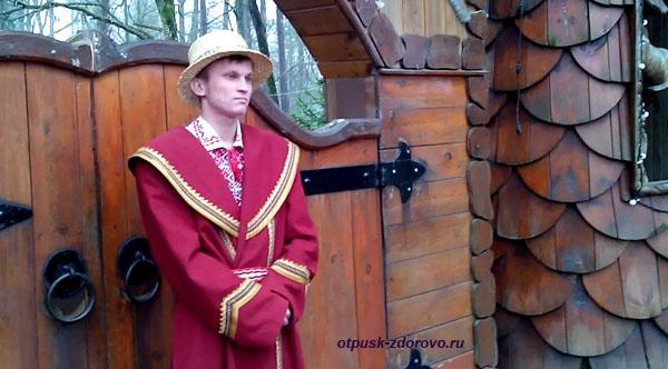 Стражник у ворот. Беловежская Пуща. Резиденция Деда Мороза, Беларусь