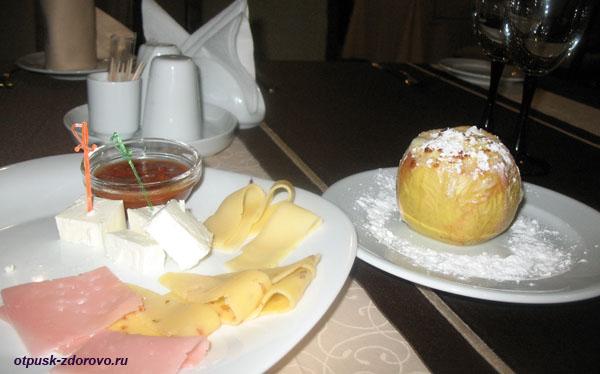 Еда (сырная тарелка и запеченное яблоко) в ресторане гостиничного комплекса Каменюки в Беловежской Пуще