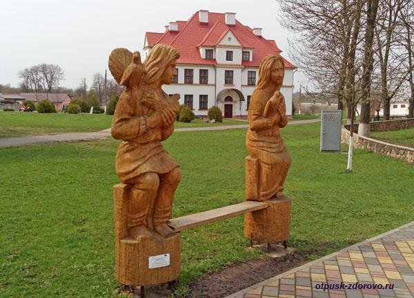 Город Каменец и окрестности. Деревянная скамейка для влюбленных