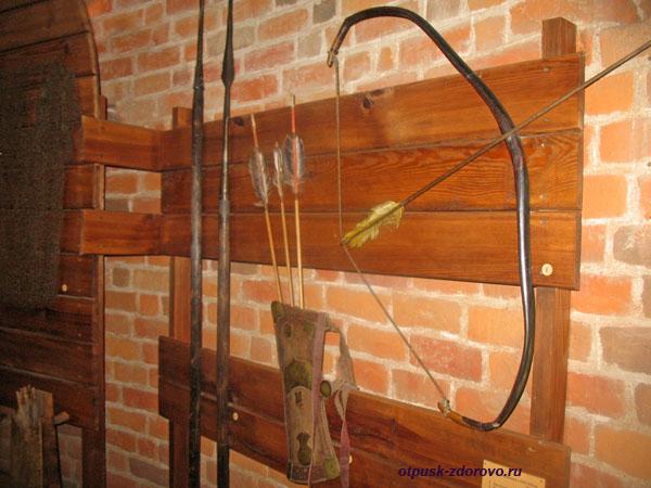 Музей Каменецкая башня, лук и стрелы