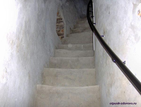 Музей Каменецкая башня, крутые каменные ступени-выход на смотровую площадку