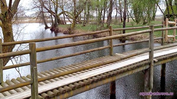 Мост через озеро Любви, Коссовский замок - Дворец Пусловских, Коссово, Беларусь