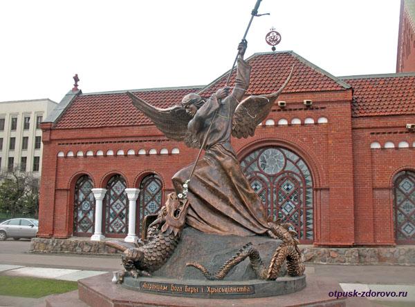 Скульптура Архангела Михаила, Красный костел Святых Симеона и Елены, Минск, Беларусь