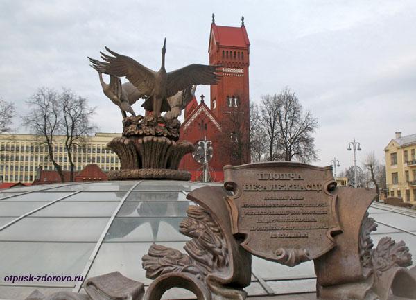 Красный костел Святых Симеона и Елены находится у площади Независимости, Минск, Беларусь