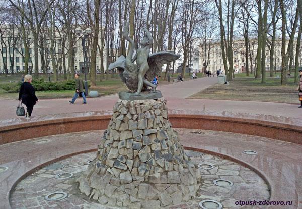 Фонтан Мальчик с лебедем в Александровском сквере, Минск, достопримечательности