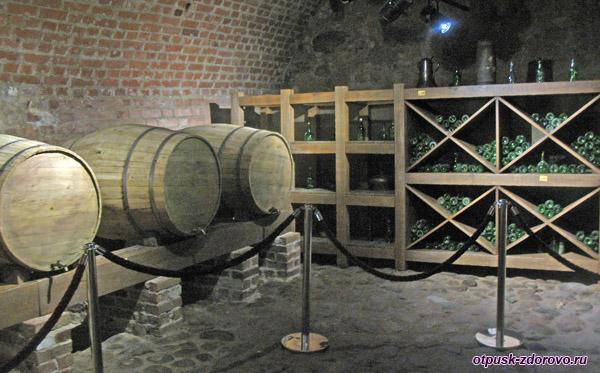 Винный погреб, бочки и бутылки с вином, Мирский замок, Мир, Беларусь