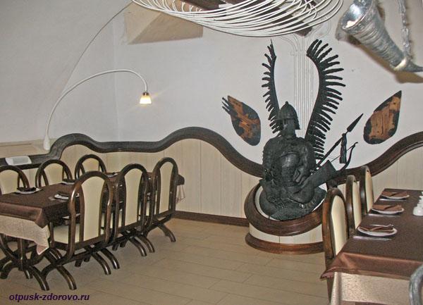 Интерьер ресторана и крылатые доспехи, Мирский замок, Мир, Беларусь