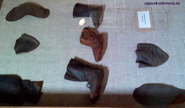 Древние кожаные изделия. Археологический музей Берестье в Бресте, Беларусь