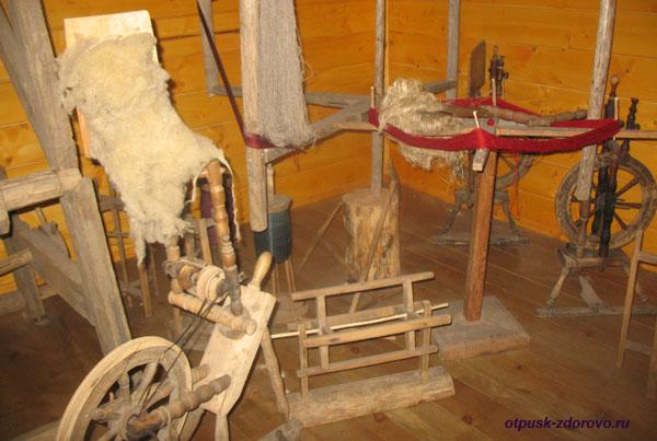 Прялка и устройство для валяния. Музей народного быта и старинных технологий в Беловежской Пуще