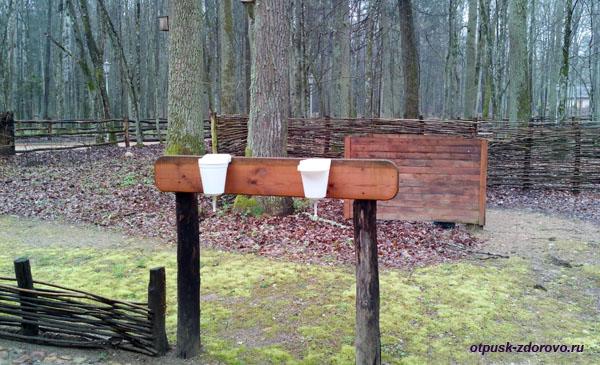 Туалет и умывальники в музее народного быта и старинных технологий в Беловежской Пуще