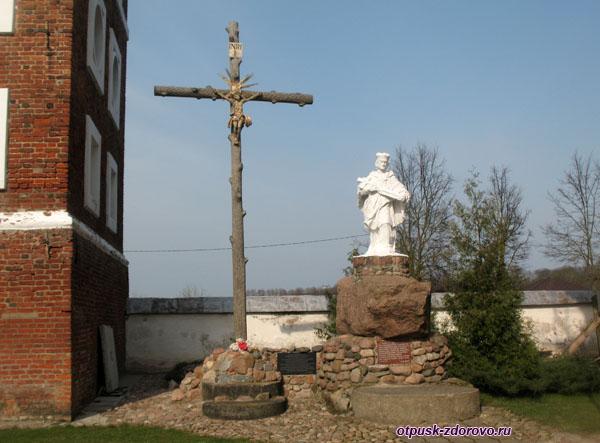 Распятие возле Фарного Костела, Достопримечательности, Несвиж, Беларусь