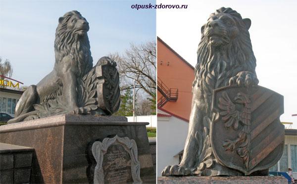 Памятник Лев опирается на герб города, Достопримечательности, Несвиж, Беларусь