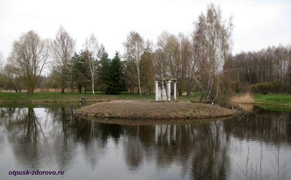 Статуя влюбленным на острове. Несвижский Дворцово-Парковый комплекс, Беларусь