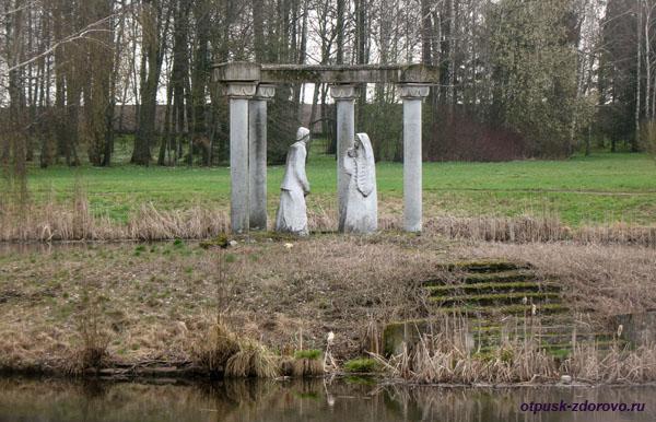 Статуя влюбленным на острове Любви. Несвижский Дворцово-Парковый комплекс, Беларусь