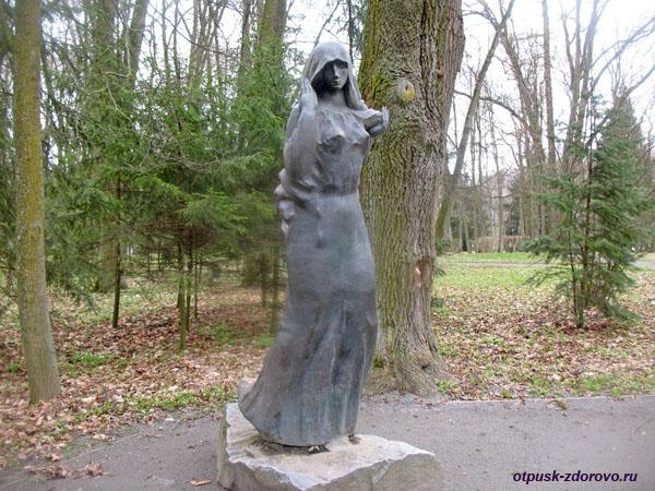Скульптура Черной Дамы (Панны). Несвижский Дворцово-Парковый комплекс, Беларусь