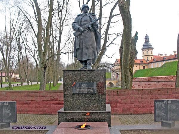 Памятник погибшим воинам и вечный огонь. Несвижский Дворцово-Парковый комплекс, Беларусь