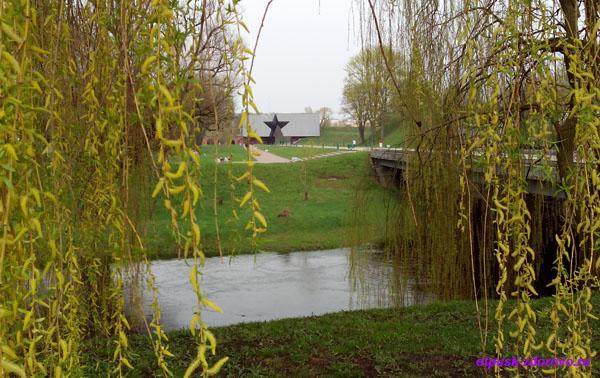 Главный вход со Звездой, мост и река Мухавец. Мемориал-памятник Оборона Брестской Крепости, Беларусь