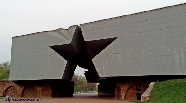 Главный вход со Звездой. Мемориал-памятник Оборона Брестской Крепости, Беларусь