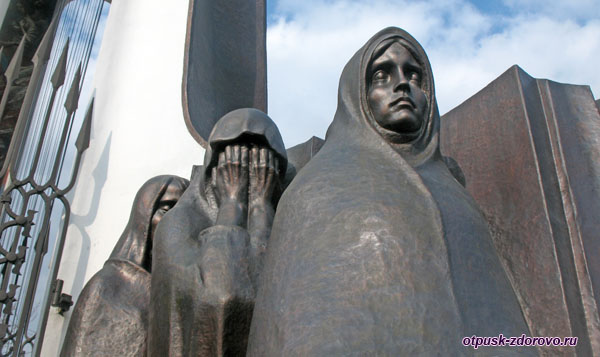 Скульптуры женщин у часовни на Острове Слез, Минск, Беларусь