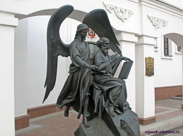 Памятник Иоанну Богослову, Свято-Духов кафедральный собор в Минске, Беларусь