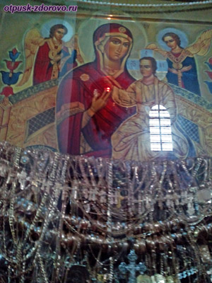 Чудотворная икона Всецарица с золотыми украшениями в Церкви святого архангела Михаила, Сынковичи