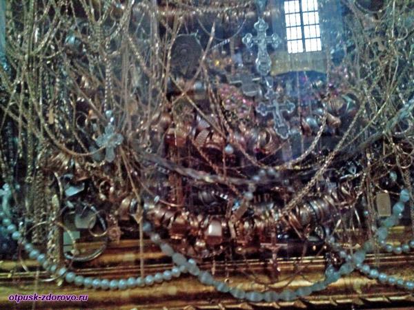 Золотые украшения перед Чудотворной иконой Всецарица в Церкви святого архангела Михаила, Сынковичи