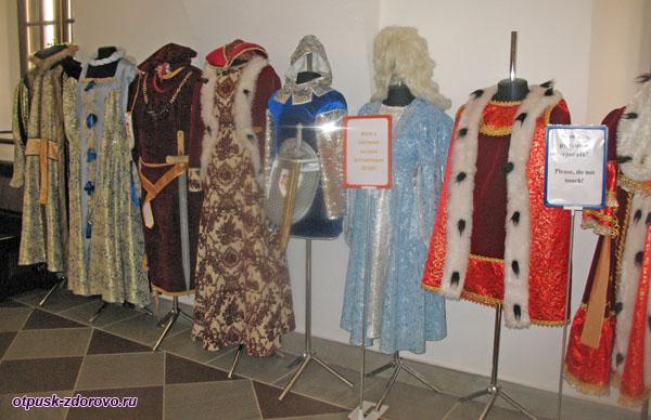 Средневековые костюмы для фото в Замке Радзивиллов в Несвиже, Беларусь