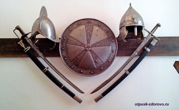 Мечи, щит, шлемы. Арсенал в Замке Радзивиллов в Несвиже, Беларусь