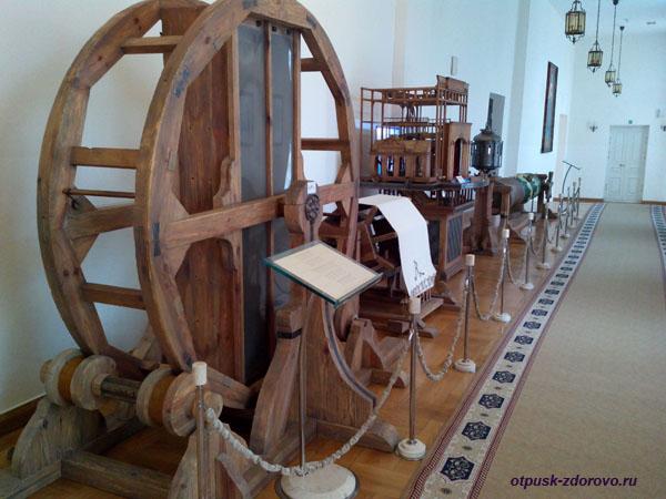 Театральные машины для создания звуков. Замок Радзивиллов в Несвиже, Беларусь