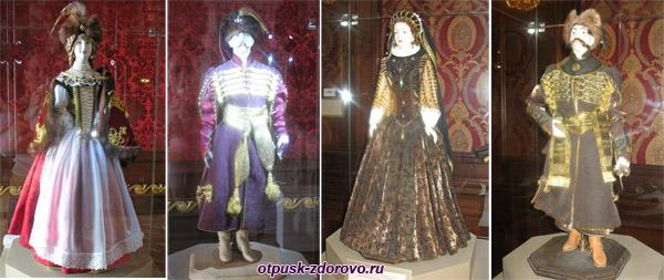 Куклы в старинных костюмах в Замке Радзивиллов в Несвиже, Беларусь