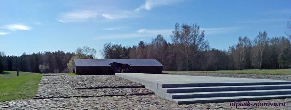 Символическая крыша сарая - место, где сожгли жителей деревни Хатынь. Мемориальный комплекс Хатынь, Беларусь