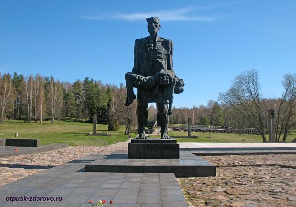Центральный памятник Непокорённый Человек. Мемориальный комплекс Хатынь, Беларусь