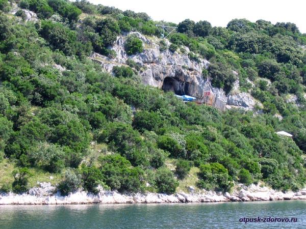 Лимский канал (фьорд), пещера Ромуальда