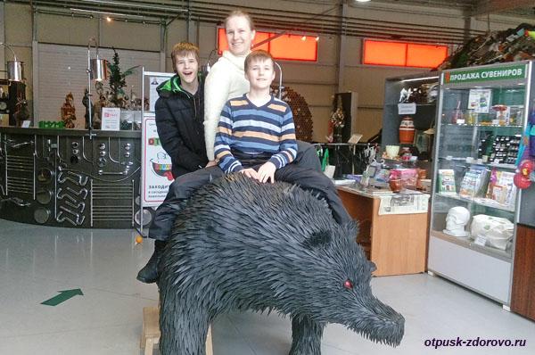 Медведь из кусков автомобильных шин