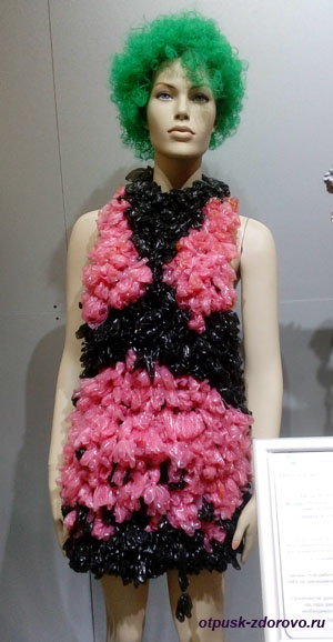 Платье из контрацептивов (презервативов)