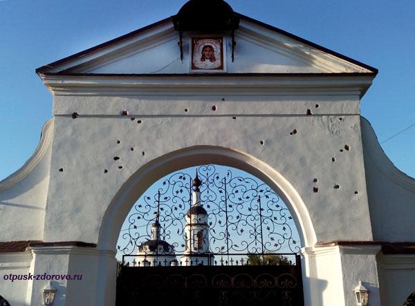 Никольский Черноостровский монастырь в Малоярославце, входные ворота со следами картечи в Отечественной войне 1812 года