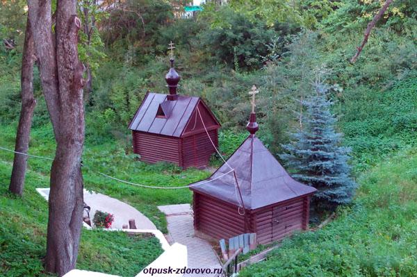 Никольский Черноостровский монастырь в Малоярославце, Святой источник и купель