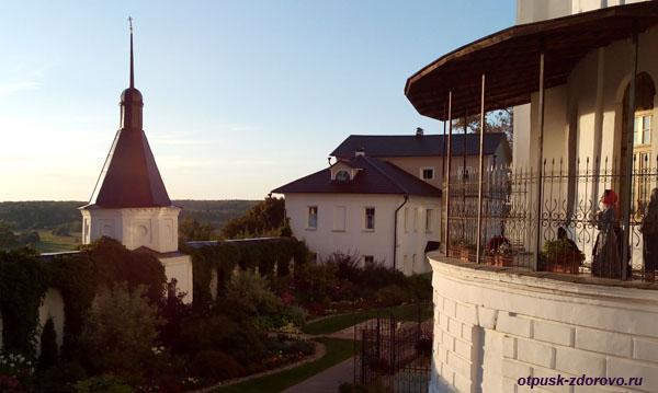 Никольский Черноостровский монастырь в Малоярославце, паперть Никольского храма