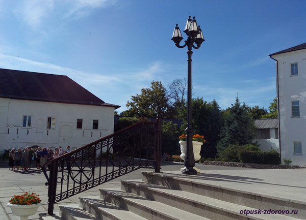 Пафнутьевский монастырь в Боровске, ступени возле Собора Рождества Богородицы