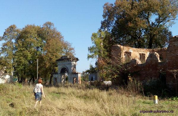 Усадьба Дашковой и церковь в селе Троицкое Калужской области