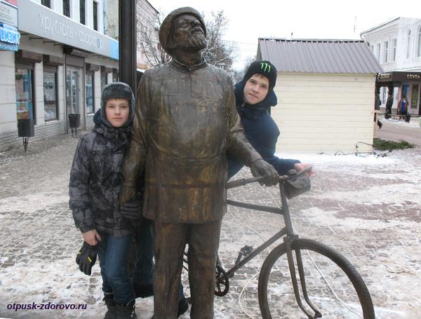 Памятник Циолковский с велосипедом, Калуга. На пути в Планетарий и музей Космонавтики