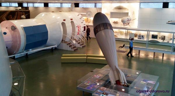 Макет орбитальной станции Мир и дирижабль, музей Космонавтики в Калуге