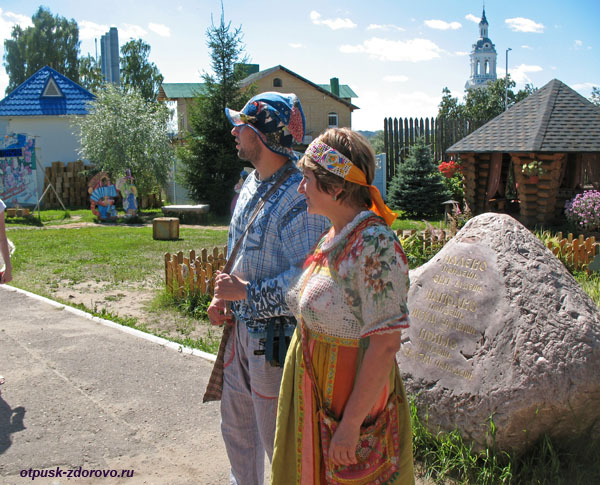 Домовой и Домовиха встречают у Терема Снегурочки, Кострома