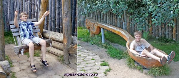 Деревянные гаджеты во дворе возле Терема Снегурочки, Кострома