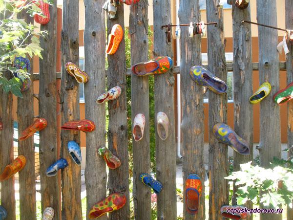 Разноцветные галоши на заборе возле Терема Снегурочки, Кострома