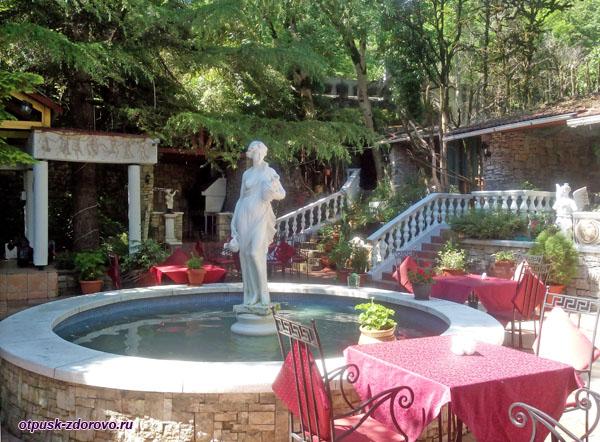 Внутренний дворик, Ресторан Каньон возле Форелевого хозяйства, Казачий Брод