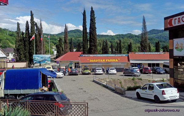 Парковка и магазины возле форелевого хозяйства, Адлер (Сочи)