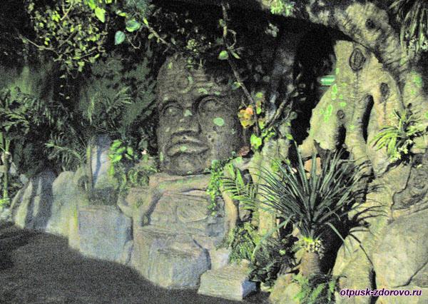 Скульптура из камня, в помещении Океанариума, Адлер