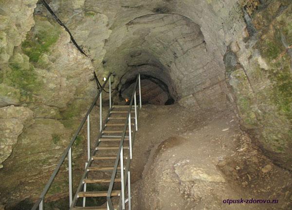 Лестница внутрь Ахштырской пещеры, Адлер (Сочи)